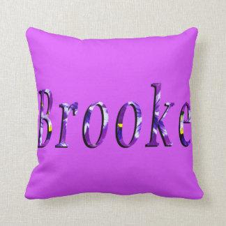 Brookeの名前、ロゴ、紫色のラウンジの投球のクッション クッション