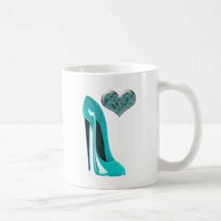 Bubblegumの青い小剣の靴および3Dハート コーヒーマグカップ