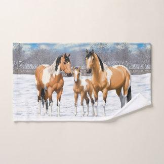 Buckskin Paint Horses In Snow バスタオルセット