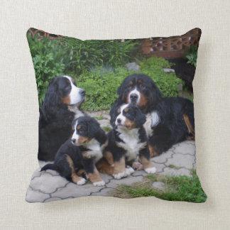 Burnese山犬の装飾用クッション クッション
