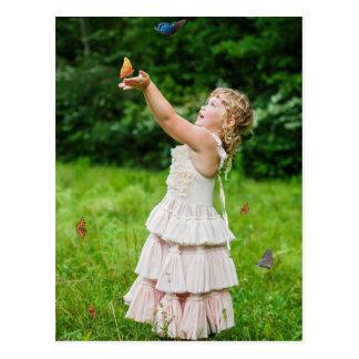 Butterlyをつかまえている小さな女の子 ポストカード