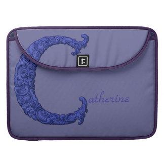 C - Falckのアルファベット(青い) MacBook Proスリーブ
