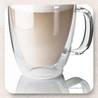 Caffeのラテは、白い背景で、切り取りました コースター