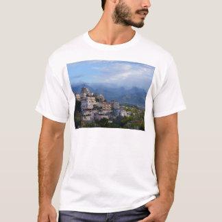 Calabrian丘の町からの眺め Tシャツ