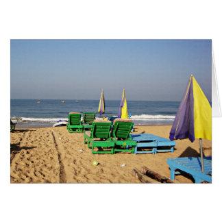 CandolimのビーチGoaインドのビーチチェア カード