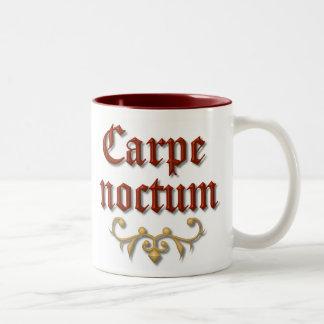 Carpeのnoctum。 夜を利用して下さい ツートーンマグカップ
