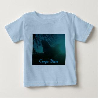 Carpe Diemの幼児のワイシャツの鶏のオンドリ ベビーTシャツ