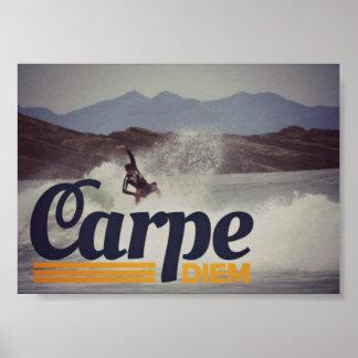 Carpe Diemサーファーは日ポスターを握ります ポスター