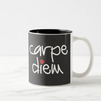 Carpe Diem -日のマグを握って下さい ツートーンマグカップ