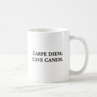 "CARPE DIEM; 洞窟CANEM。 ""日を握って下さい; の用心して下さい コーヒーマグカップ"