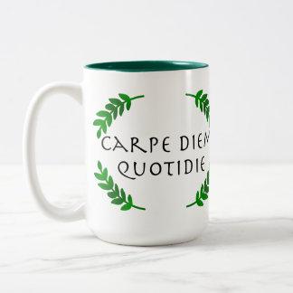 Carpe Diem Quotidie -日を、毎日握って下さい ツートーンマグカップ