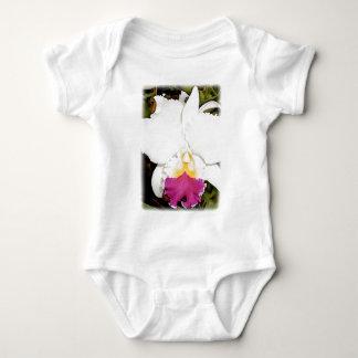 Cattleyaの白い及び紫色の蘭 ベビーボディスーツ