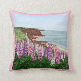 Cavendishの崖および春のルピナス属、PEIの枕 クッション