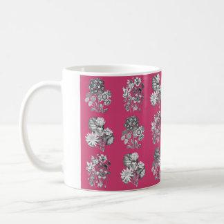 cerise背景のモノクロ花 コーヒーマグカップ