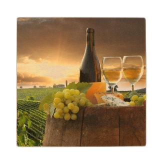 Chiantiのブドウ園のバレルが付いている白ワイン ウッドコースター