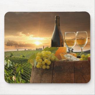Chiantiのブドウ園のバレルが付いている白ワイン マウスパッド