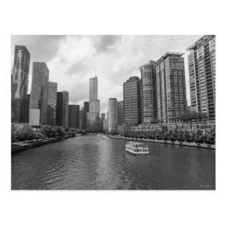 Chicago川および切札タワーのグレースケール ポストカード