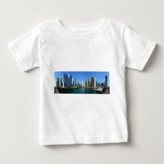 Chicago川に沿う建物のパノラマ ベビーTシャツ