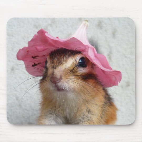 Chipmunk wears flower hat マウスパッド