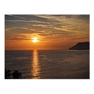 Cinque Terreのイタリアの郵便はがきの日没 ポストカード