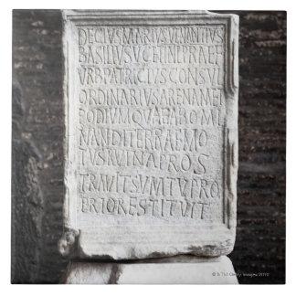 Colosseumの中からの大理石のタブレットまたは タイル