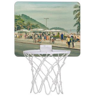 Copacabanaの歩道リオデジャネイロブラジル ミニバスケットボールゴール