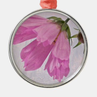 Cosmoのピンクの織り目加工の花 メタルオーナメント