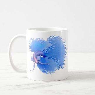 Crowntail急に燃え上がる青いBettaのマグ コーヒーマグカップ
