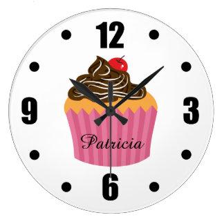 Cute Pink Cupcake Personalized Name ラージ壁時計