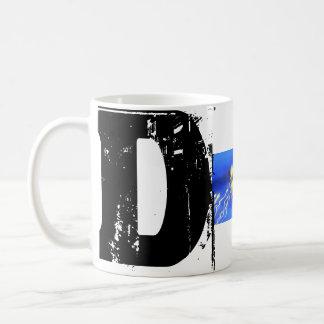 Dのモノグラムのタイポグラフィのカッコいいのグランジなマグ コーヒーマグカップ