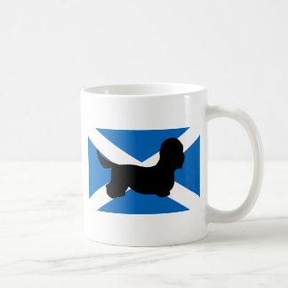 dandieのdinmontテリアのシルエットの旗 コーヒーマグカップ