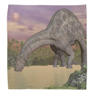 Dicraeosaurusの恐竜の飲むこと- 3Dは描写します バンダナ