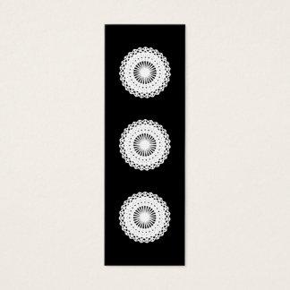 Doily。 白いレースの円。 黒 スキニー名刺