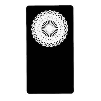 Doily。 白いレースの円。 黒 ラベル