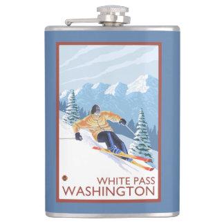 Downhhillの雪のスキーヤー-白いパス、ワシントン州 フラスク