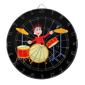 drumsetの鋭い端を遊んでいる漫画の男の子 ダーツボード