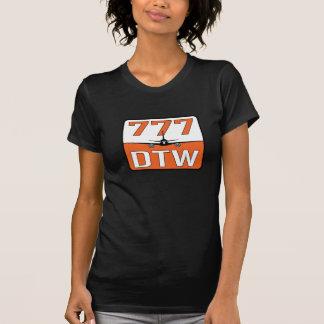 DTW (デトロイト)空港が付いている777飛行機 Tシャツ