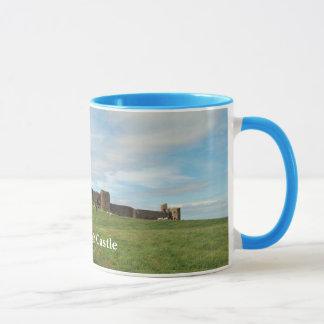 Dunstanburghの城のマグ マグカップ