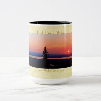Eagle川、アラスカの上の日没マグ ツートーンマグカップ