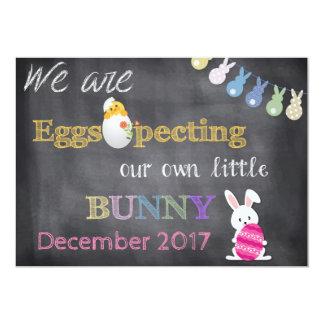 Eggspectingイースターの妊娠は発表を明らかにします 12.7 X 17.8 インビテーションカード