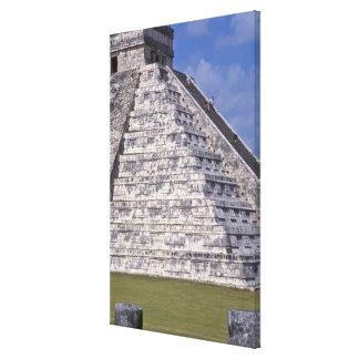 El Castilloの石の階段に上っている観光客 キャンバスプリント