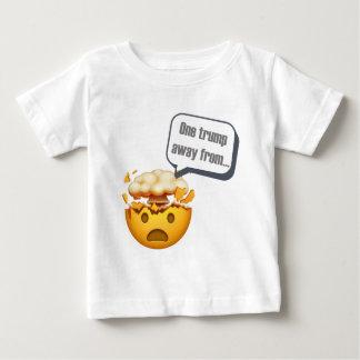 - Emojiから遠くにな1つの切札 ベビーTシャツ