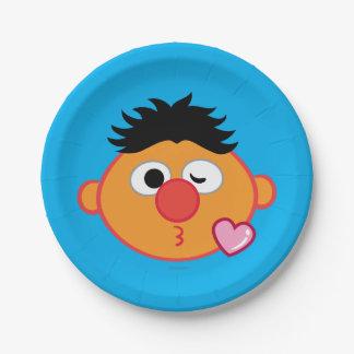 Ernieはキスの投げに直面します ペーパープレート