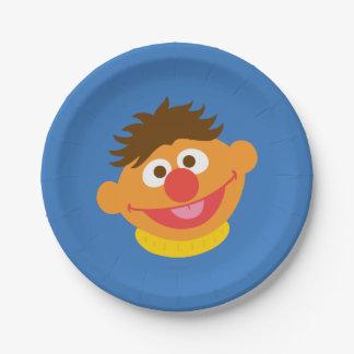 Ernieは直面します ペーパープレート