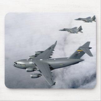 F-15Bイーグルスは最初のハワイベースのC-17を護衛します マウスパッド