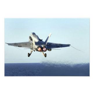 F/A-18Cのスズメバチはフライトデッキ2から進水します フォトプリント