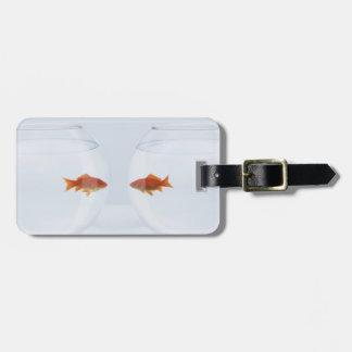 facに顔を見る別のfishbowlsの金魚 ラゲッジタグ