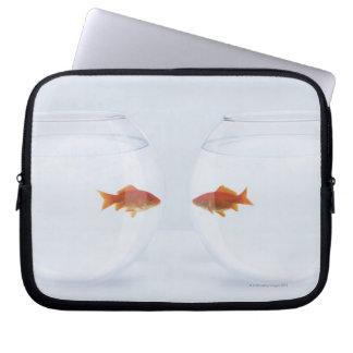 facに顔を見る別のfishbowlsの金魚 ラップトップスリーブ