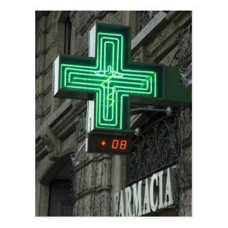 Farmaciaの外のネオン緑の十字(ドラッグストアまたは ポストカード