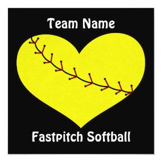 Fastpitchのソフトボールのハートの招待状 13.3 スクエアインビテーションカード